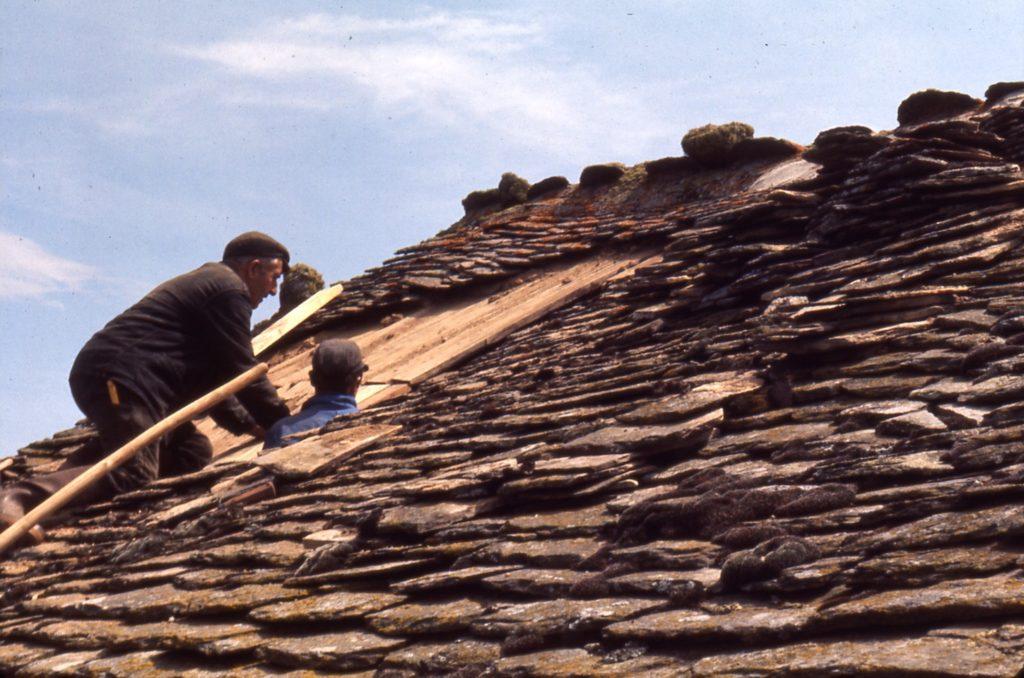Rénovation du toit de la maison D., Margeride,  Lozère, 1977, ©Philippe Bonnin