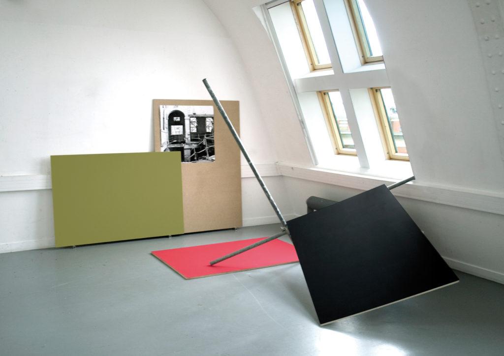 Quentin Lefranc, Fermeture pour restauration, 2013. Les trois modules de 150 × 100 × 2 cm chacun, contre-plaqué, PVC, peinture acrylique, tube, collier d'échafaudage, et photographie du Musée Picasso, 162 × 114 cm