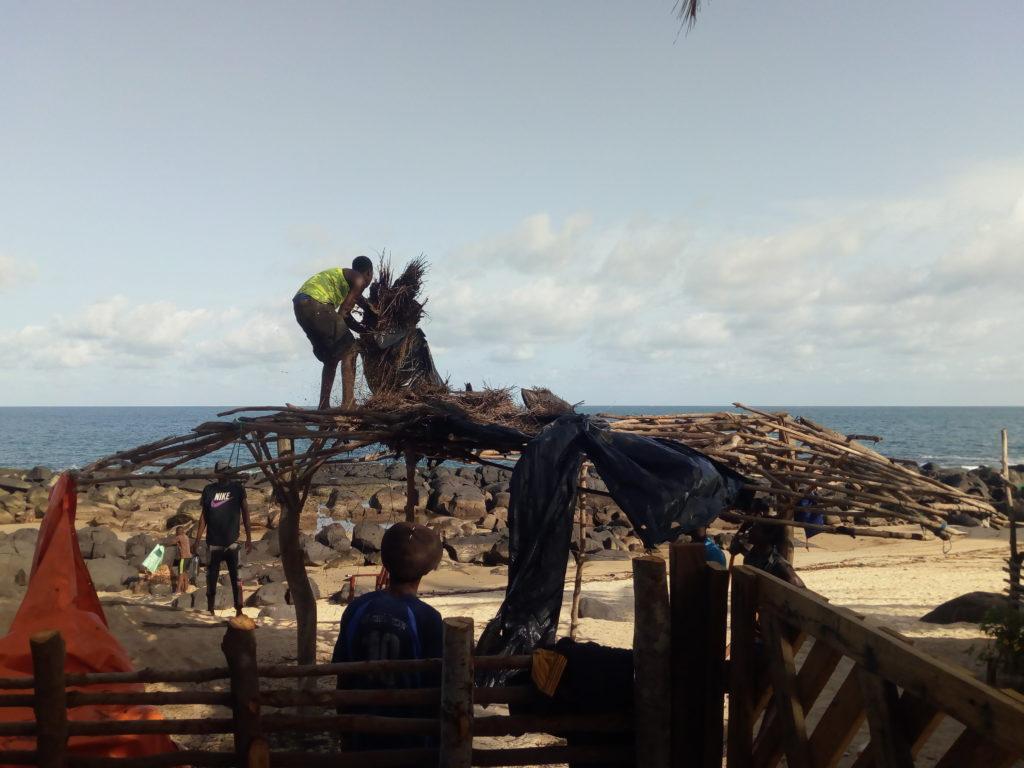 Bureh Town (Sierra Leone). Réfection cabane
