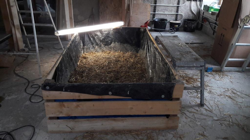 Nicolas Couturier, installation pour le test de mélange paille, chaux, ciment, eau.  Chantier d'amis à Ban-de-Laveline, 2020